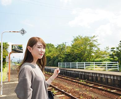 田主丸駅に立つ女性