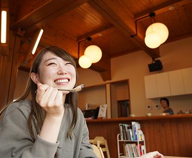 田主丸駅構内にあるKAPATERIAで食事をする女性