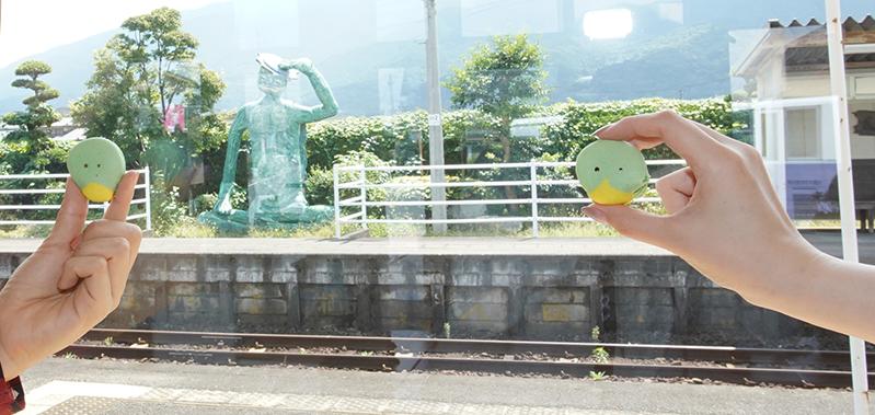 田主丸駅構内にあるKAPATERIAでマカロン片手に撮影
