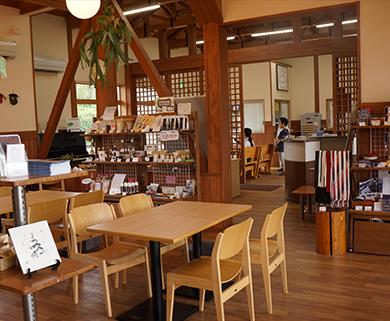 田主丸駅構内にあるKAPATERIAの店内風景