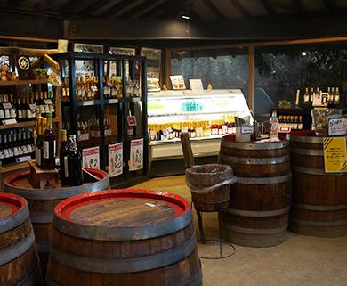 株式会社巨峰ワインにあるショップには、ワインが多数並びます