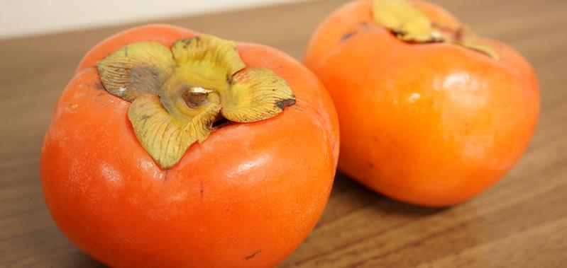 田中果樹園にある丸まるとして艶やかな柿!